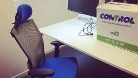Reparto de equipos informáticos y sillas para teletrabajo